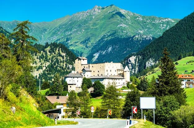 Gezicht op kasteel naudersberg in nauders - tirol, oostenrijk