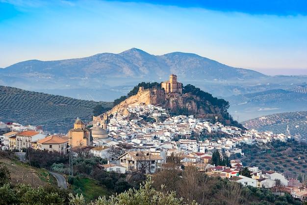 Gezicht op montefrio, een kleine stad in de provincie granada