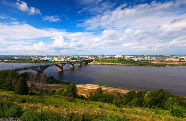 Gezicht op nizhny novgorod met de brug van molitovsky
