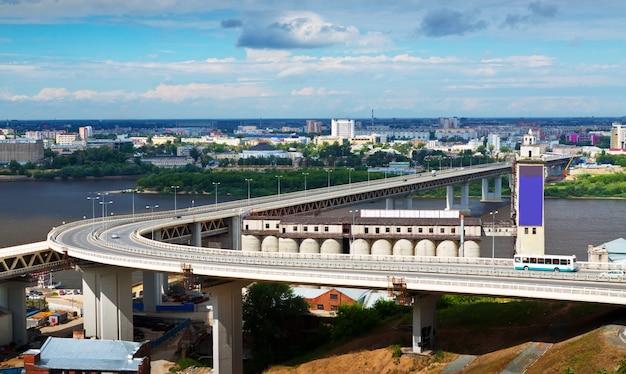 Gezicht op nizjni novgorod. metro bridge
