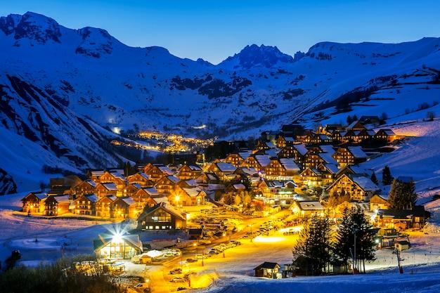 Gezicht op saint jean d'arves 's nachts in de winter, frankrijk