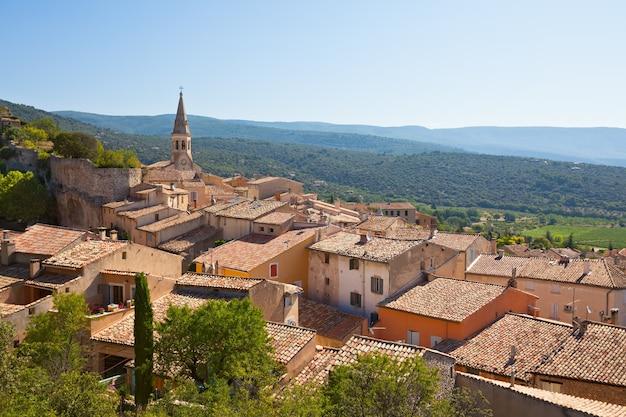 Gezicht op saint saturnin d apt, provence, frankrijk. skyline met het dak van de kathedraal