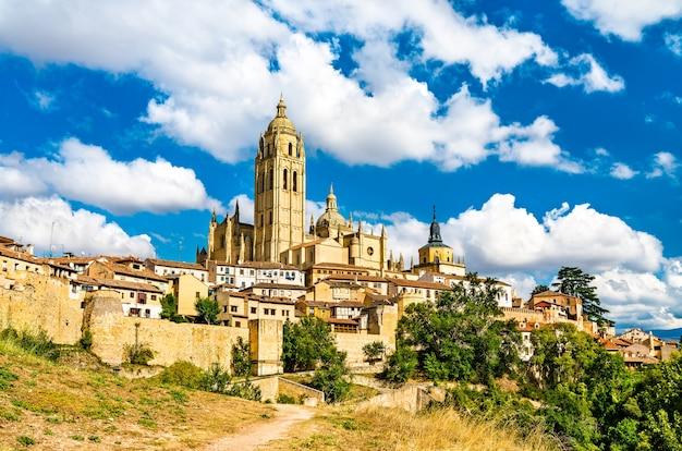 Gezicht op segovia met de kathedraal in spanje