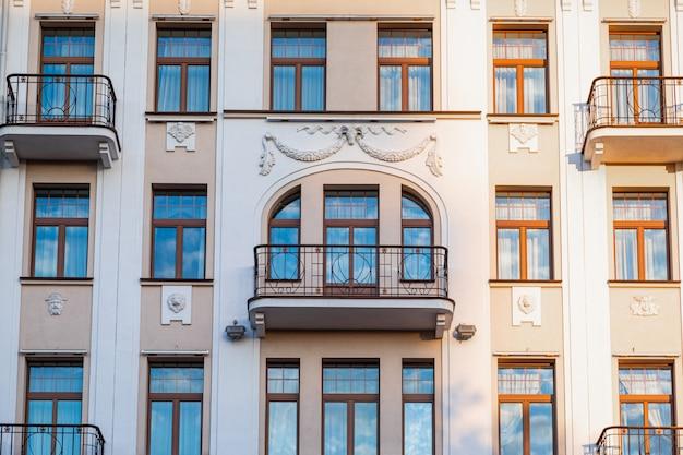 Gezicht van bleke gebouw in zonsonderganglicht