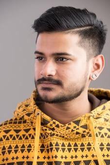 Gezicht van de jonge knappe indiase man denken