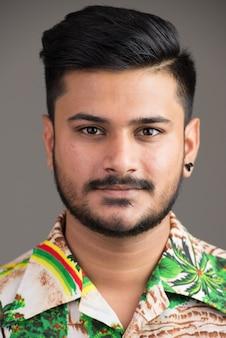 Gezicht van de jonge knappe indiase man klaar voor vakantie