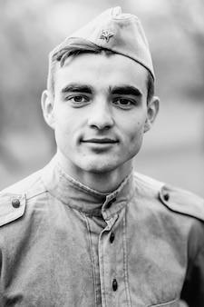 Gezicht van de jonge soldaat - vintage fotoscan - omstreeks 1945