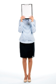 Gezicht van de vrouw bedekt met klembord. zakenvrouw verbergen gezicht achter klembord. het ontwerpen van een nieuwe folder. nieuw logo concept.