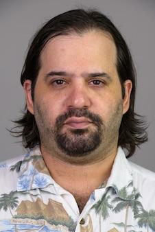 Gezicht van dikke blanke man in hawaiiaans overhemd op wit wordt geïsoleerd