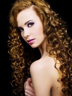 Gezicht van een aantrekkelijke jonge vrouw met lange schoonheidsharen
