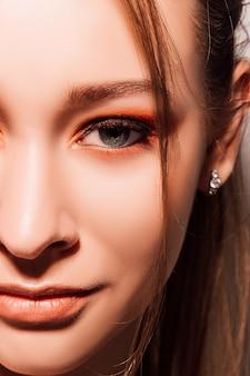 Gezicht van een jonge mooie vrouw met mooie make-up