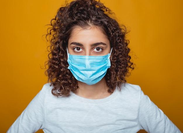 Gezicht van een meisje in een masker dat tegen luchtvervuiling beschermt.