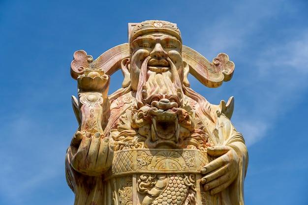Gezicht van een oud chinees strijdersstandbeeld of god chinees in een boeddhistische tempel in de stad danang