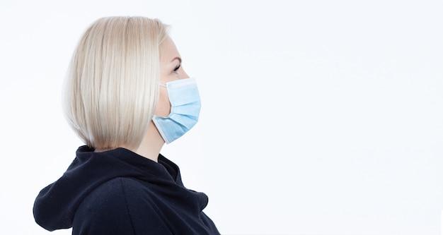 Gezicht van een vrouw die een masker draagt. concept coronavirus, respiratoir virus en luchtverontreiniging.