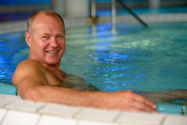 Gezicht van gelukkige senior toeristische man ontspannen in de spa