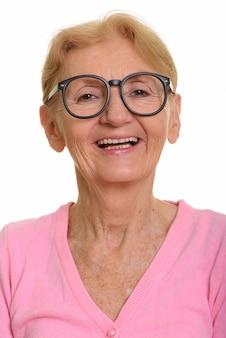 Gezicht van het gelukkige hogere nerdvrouw glimlachen terwijl het dragen van geeky oogglazen