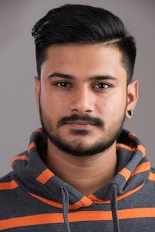 Gezicht van jonge knappe indiase man