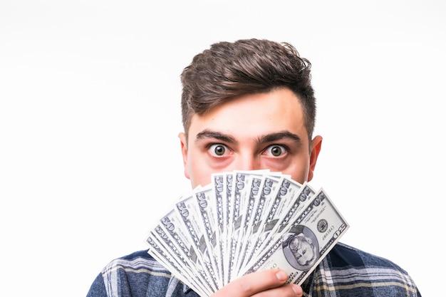 Gezicht van jonge rijke man bedekt met fan van geld