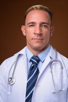 Gezicht van man arts op bruin