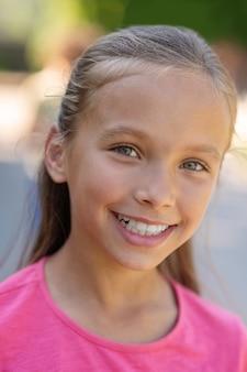 Gezicht van mooi meisje met brede glimlach