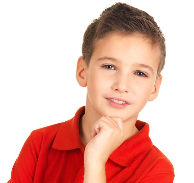 Gezicht van schattige jonge lachende jongen geïsoleerd op wit