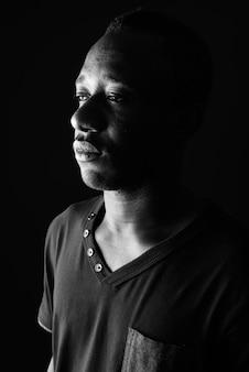 Gezicht van trieste jonge afrikaanse man in zwart-wit