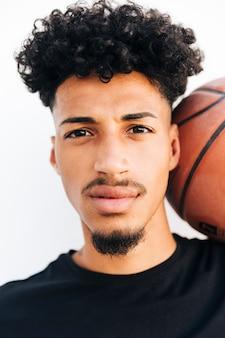 Gezicht van zwarte jonge man met basketbal