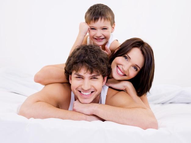 Gezichten van de gelukkige en vreugdevolle gezinsmensen