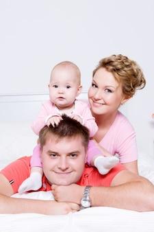 Gezichten van de gelukkige jonge en vrolijke gezinsmensen thuis