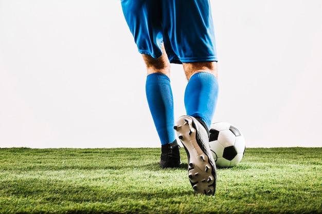 Gezichtloze sportman schoppen bal