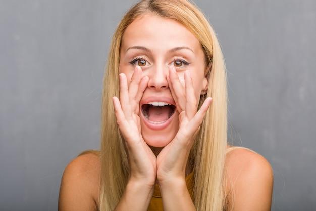 Gezichtsclose-up, portret van een natuurlijke jonge blonde vrouw die gelukkig gilt