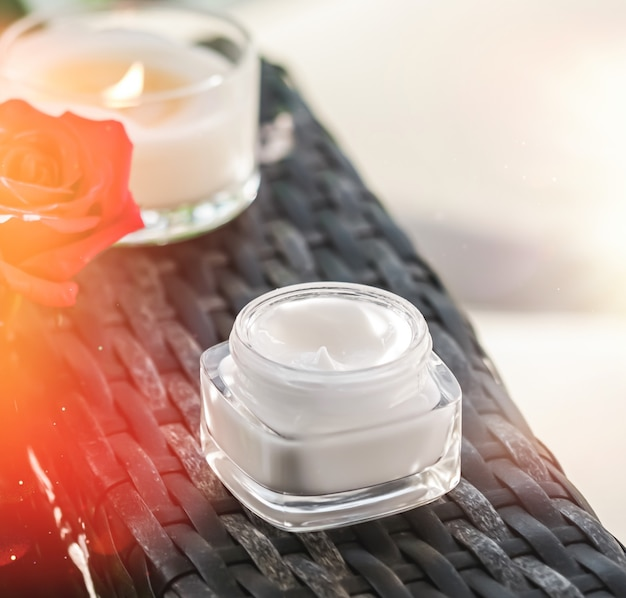 Gezichtscrème vochtinbrengende crème als huidverzorging en lichaamsverzorging luxe product home spa en biologische schoonheidscosmetica...