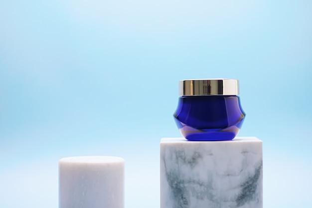 Gezichtscrèmepot op blauwe achtergrond luxe huidverzorgingsproducten schoonheid en cosmetica