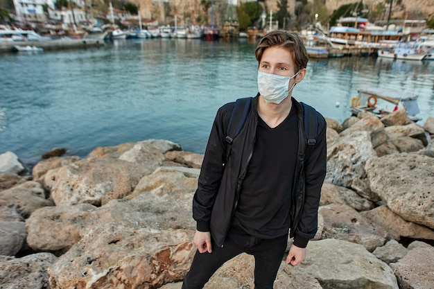 Gezichtsmasker als pbm op een europese toerist in turkije