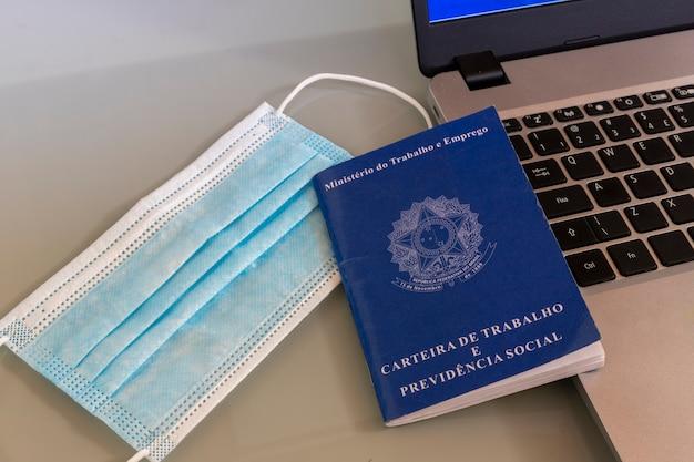 Gezichtsmasker, braziliaanse werkkaart en computer.