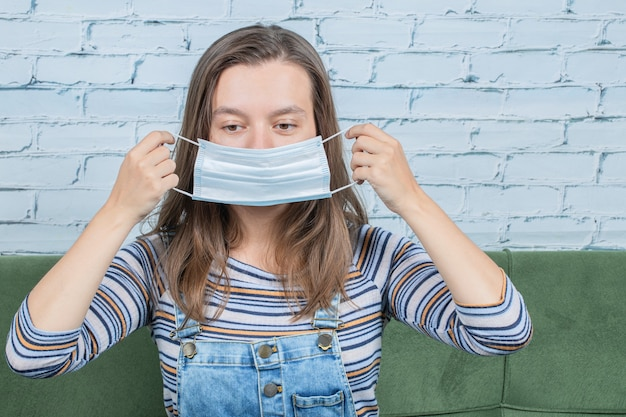 Gezichtsmasker gebruiken om covid-virus te voorkomen