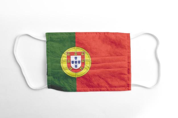 Gezichtsmasker met gedrukte portugese vlag, op witte achtergrond, geïsoleerd.