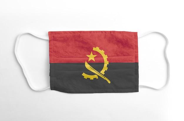 Gezichtsmasker met gedrukte vlag van angola, op witte achtergrond, geïsoleerd.
