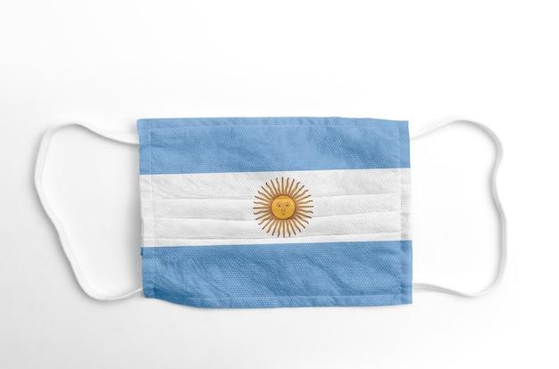 Gezichtsmasker met gedrukte vlag van argentinië, op witte achtergrond, geïsoleerd.