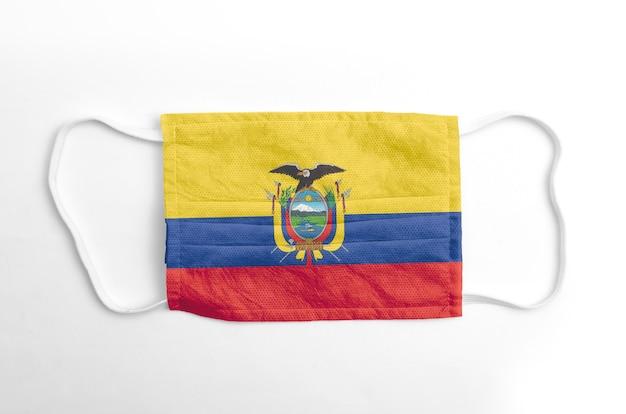 Gezichtsmasker met gedrukte vlag van ecuador, op witte achtergrond, geïsoleerd.