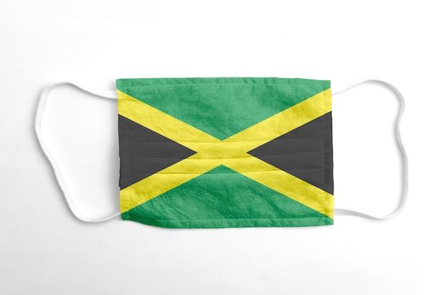 Gezichtsmasker met gedrukte vlag van jamaica, op witte achtergrond, geïsoleerd.