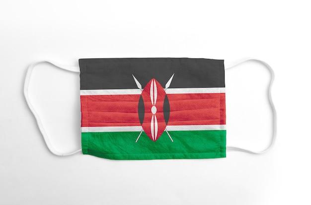 Gezichtsmasker met gedrukte vlag van kenia, op witte achtergrond, geïsoleerd.
