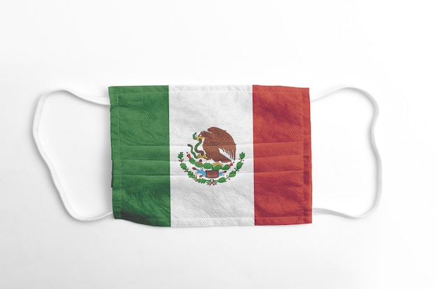 Gezichtsmasker met gedrukte vlag van mexico, op witte achtergrond, geïsoleerd.