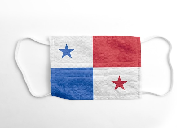 Gezichtsmasker met gedrukte vlag van panama, op witte achtergrond, geïsoleerd.
