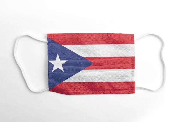 Gezichtsmasker met gedrukte vlag van puerto rico, op witte achtergrond, geïsoleerd.