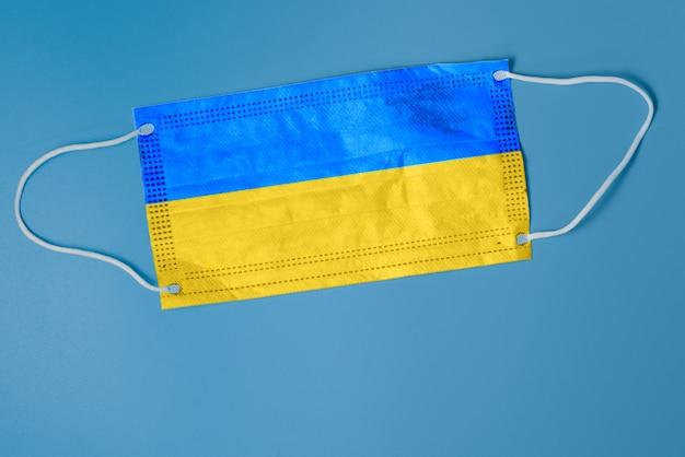 Gezichtsmasker met nationale vlag van oekraïne. concept gezondheidszorgproblemen. chirurgieconcept en bestrijding van coronavirus in oekraïne. coronavirus covid-19-concept