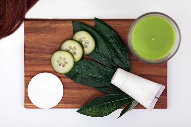 Gezichtsmasker met plakjes komkommer