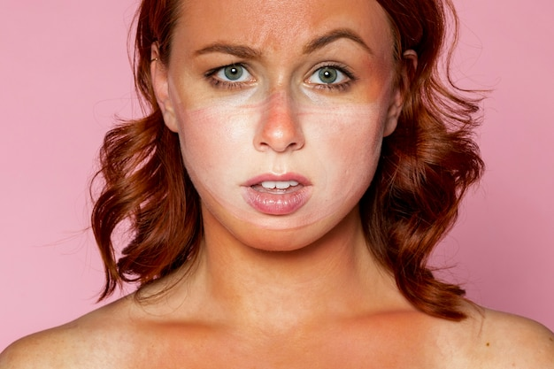 Gezichtsmasker tan lijn op een verstoorde vrouw