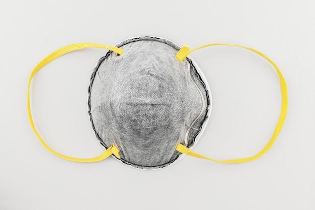 Gezichtsmasker tegen vervuiling op grijs