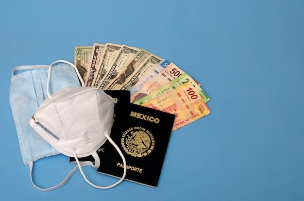 Gezichtsmaskers mexicaanse paspoorten en geld op blauwe achtergrond